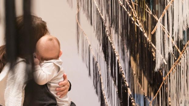 """Mor og barn på babyomvisning i «I  Craft, I Travel Light""""."""