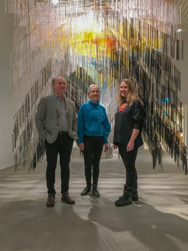 Sigrid Høyforsslett Bjørbæk (midten) sammen med Jan-Erik Lundström fra Sámi Dáiddaguovddáš og med-kurator Charis Gullickson fra Nordnorsk Kunstmuseum.