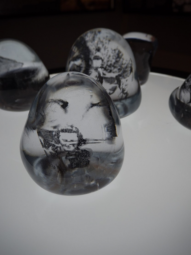Thomas Colbengtsons glasskunst i «Ságasfallamat áiggiid Čađat - Dialog i tid»