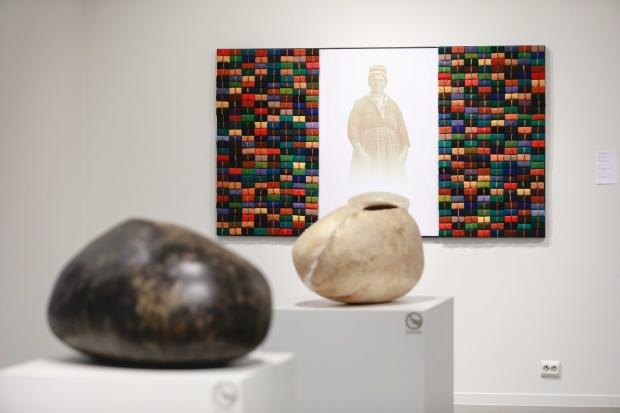 Huuva bidro med tre verk til Sámi Dáiddamusea: Iona (1997), Niono (1989), og Áhkku 488 vuorkkát